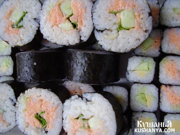 Фото Суши хосомаки и футомаки с икрой, огурцом и твердым сыром (адаптированный рецепт)