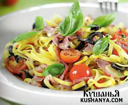 Фото Феттучине с корейкой, маслинами и помидорами