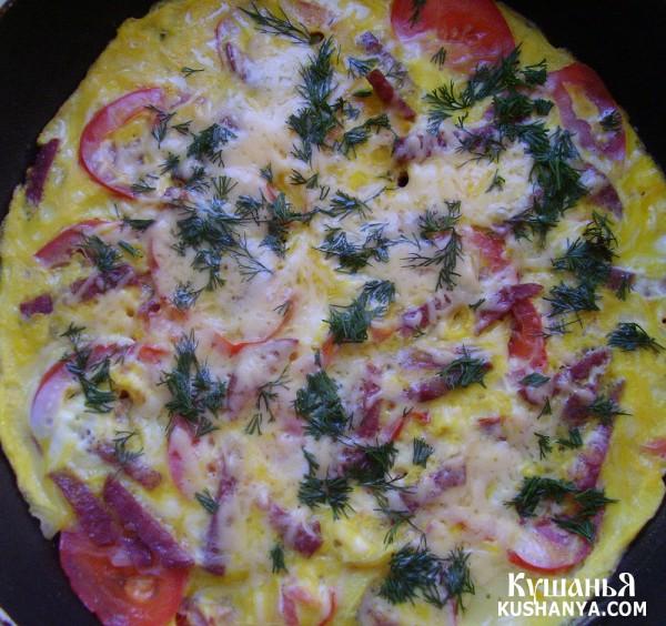 Фото Омлет с колбасой, помидорами и твердым сыром