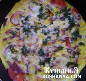 Омлет с колбасой, помидорами и твердым сыром фото