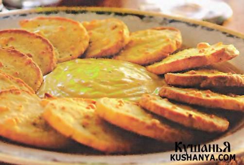 Фото Французские крекеры с соусом из голубого сыра