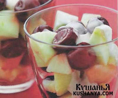Фото Салат из яблок и вишен с йогуртом
