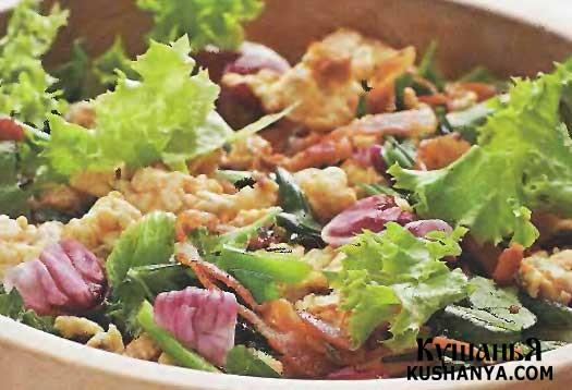 Фото Теплый салат с беконом и яйцами