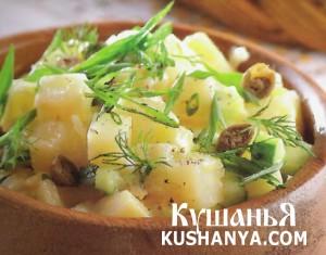 Горячий картофельный салат с каперсам и огурцами фото