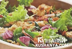Теплый салат с беконом и яйцами фото