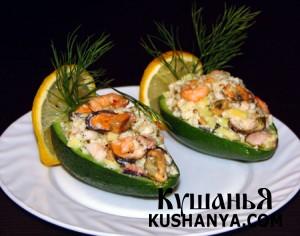 Лодочки из авокадо с морским коктейлем фото