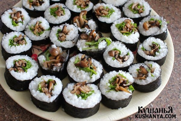 Фото Вегетарианские суши с грибами в бульоне даши