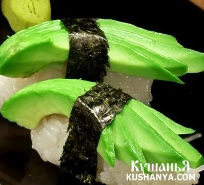Фото Нигири-суши с авокадо и черным перцем