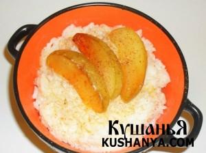 Молочная рисовая каша с яблоками фото