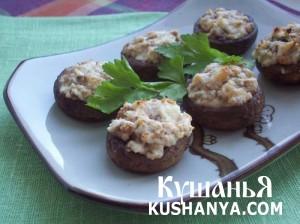 Шампиньоны, запеченные с сыром фета и грецкими орехами фото