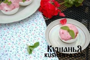 Пирожное из безе с ягодным кремом фото