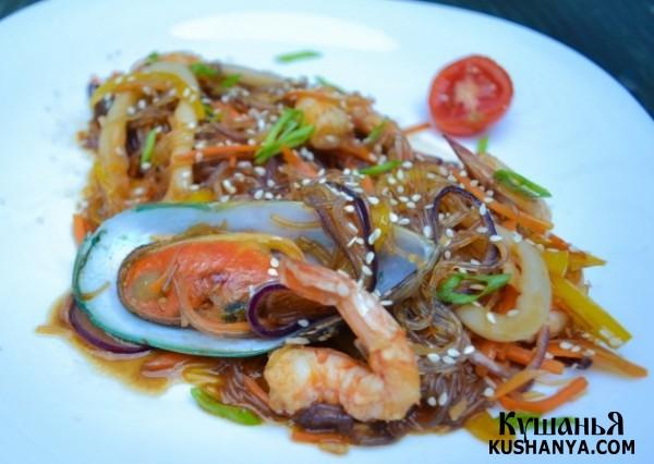 Фото Тёплый салат из стеклянной лапши с морепродуктами