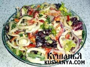 Салат с кальмарами и перепелиными яйцами фото