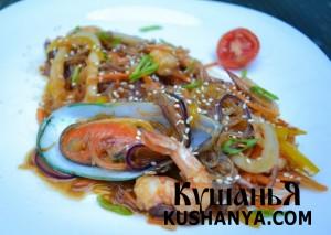 Тёплый салат из стеклянной лапши с морепродуктами фото