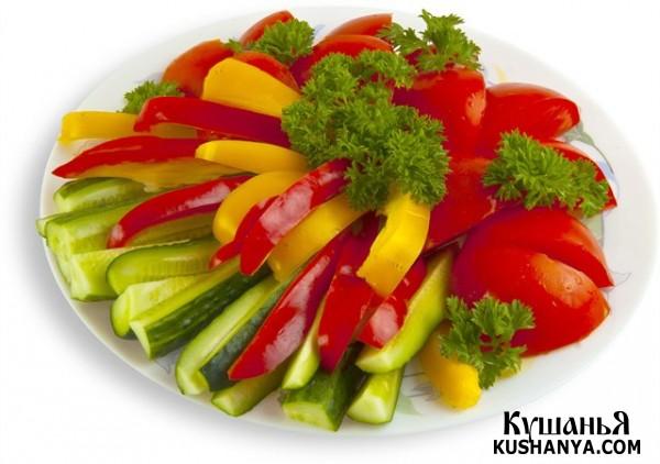 Овощная нарезка: огурцы, помидоры, салатный перец и зелень !