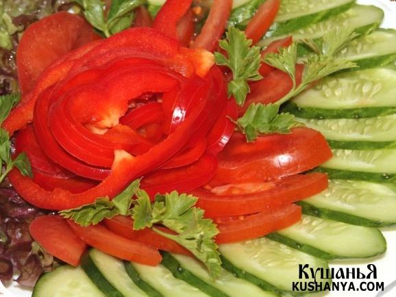 Овощная нарезка: огурцы, помидоры и зелень !