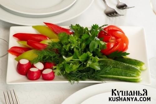Овощная нарезка: помидоры, редис, огурцы, петрушка, укроп и болгарский перец !