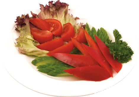 Овощная нарезка: огурцы, болгарский перец, помидоры, листья салата и петрушка !