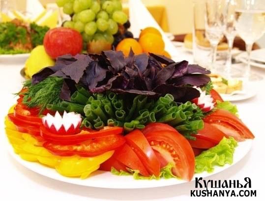 Овощная нарезка: помидоры, редиска, латук, зеленый лук и базилик !